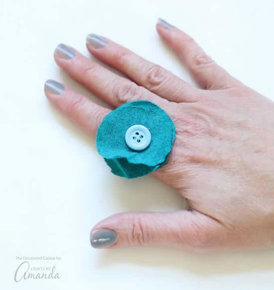 Anéis com botão de roupa e feltro