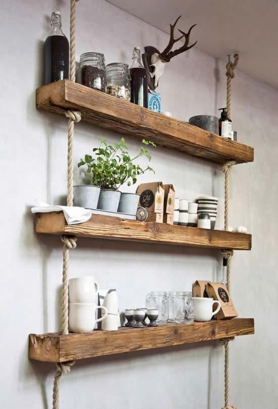 Decoração com prateleira de madeira na parede