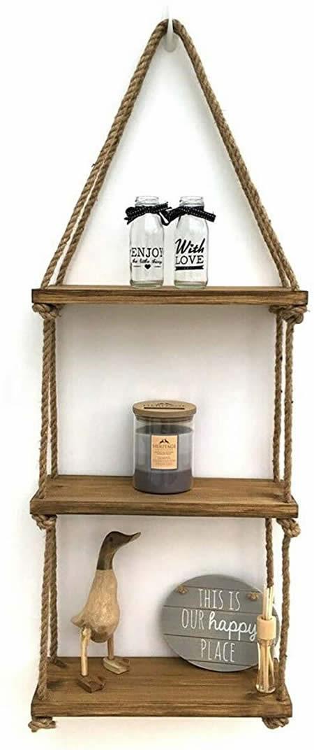 Linda decoração com prateleira de madeira na parede