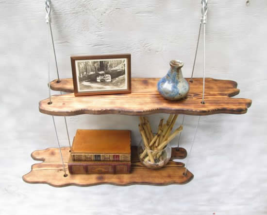 Decoração com prateleira de madeira