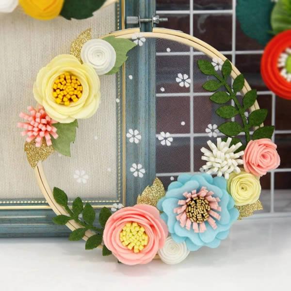 Linda guirlanda de flores de feltro