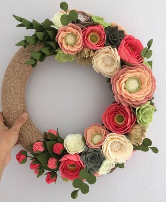 Linda guirlanda com flores de feltro