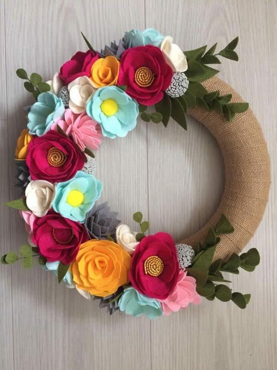 Guirlanda com flores de feltro