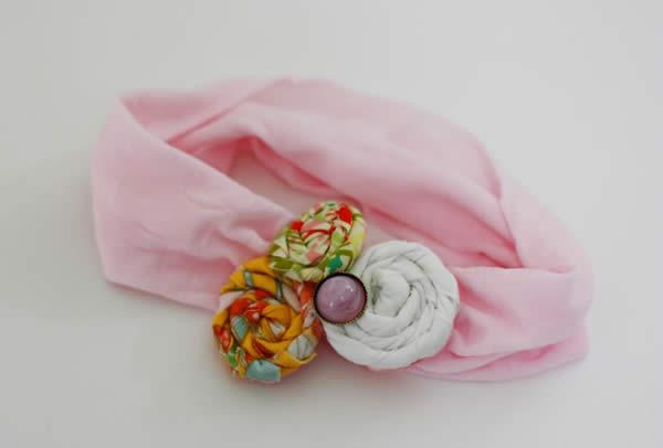 Tiara fofa com flores de tecido
