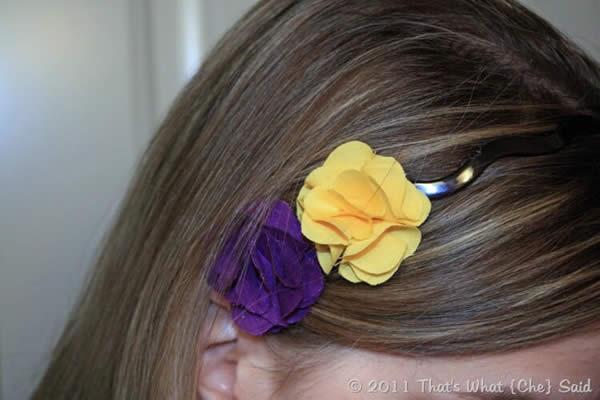 Tiara linda com florezinahs de tecido