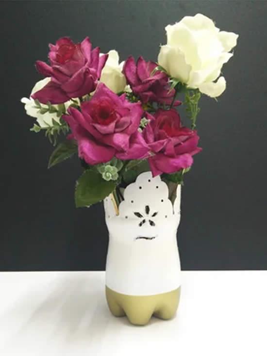 Arranjo de flores com garrafa PET