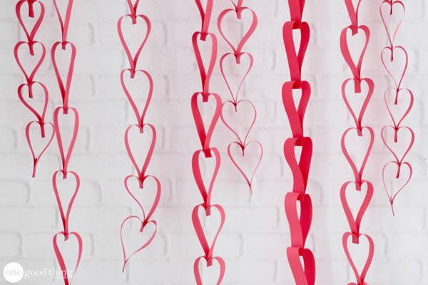 Móbile com corações de papel