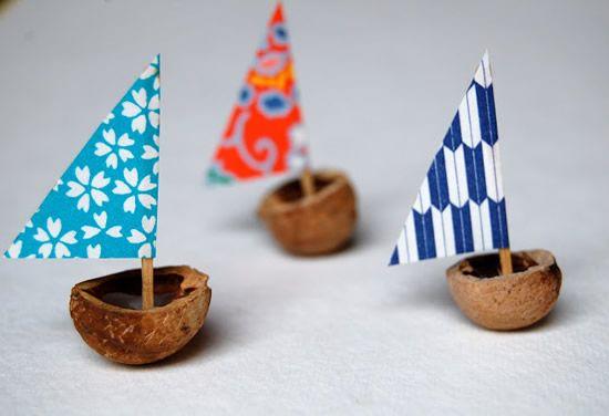 Barquinhos com vela de papel e cabaça de coco