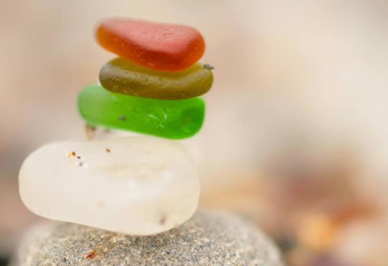 Pedrinhas de vidro e gemas numa praia dos Estados Unidos
