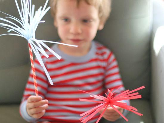 Criança brincando com artesanato