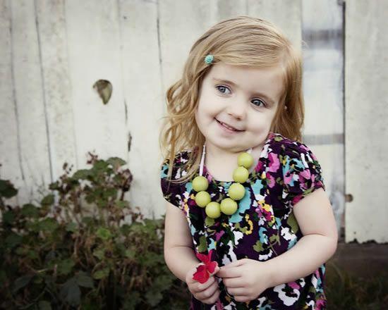 Criança com colar de miçangas