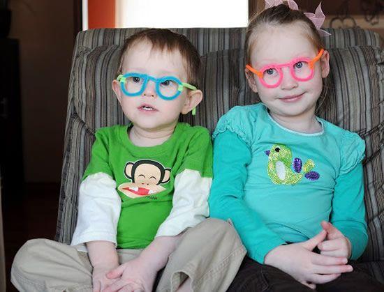 Crianças com óculos de brinquedo artesanal