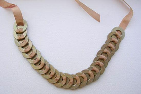 Como fazer um colar de argolas e fita