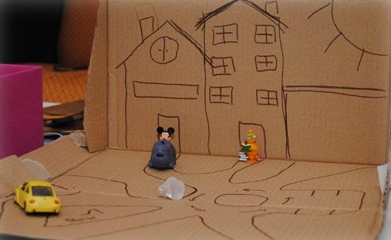 Brincadeira com caixa de papelão para crianças