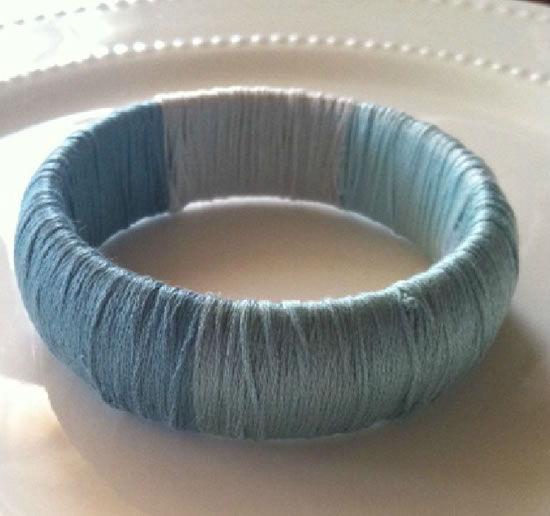 Pulseira feita com linha de crochê