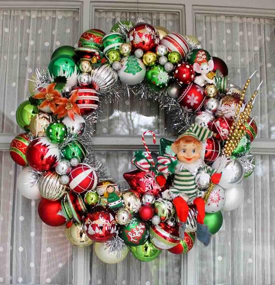 Linda guirlanda com bolas de Natal