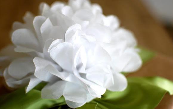 Decoração com flores de papel de seda