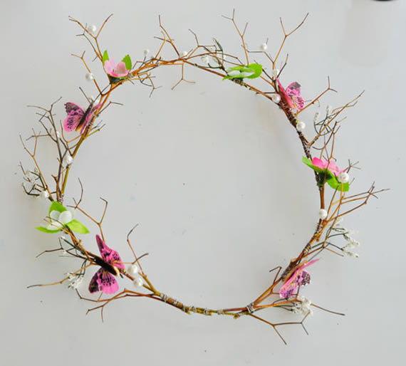 Fixando as borboletinhas de plástico - Decorando a tiara