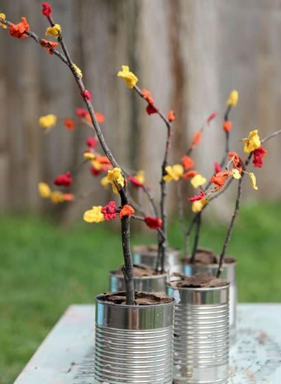 Flores feitas com guardanapos coloridos