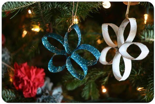 Estrelinhas com glitter e rolinhos de papel para decorar a Árvore de Natal