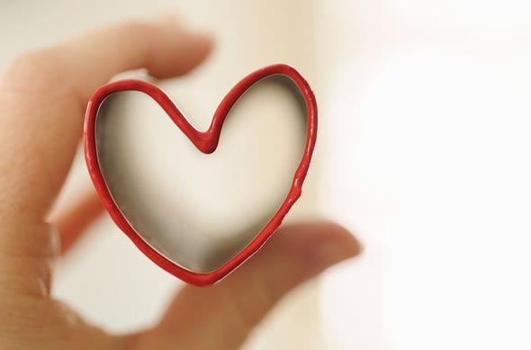 Criando lindas estampas de coração com rolinhos de papelão