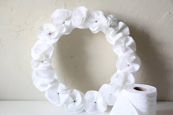 Guirlanda feita de papel higiênico