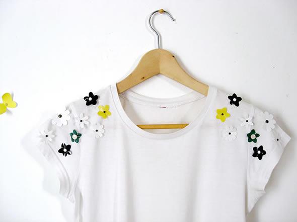 Decoração de camisa com flores de plástico