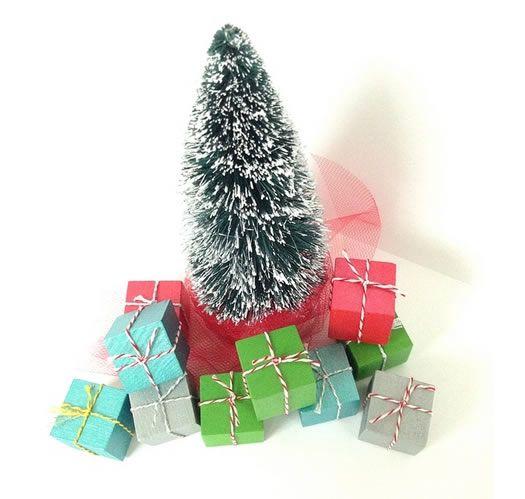 Decoração de Natal com presentinhos em miniatura