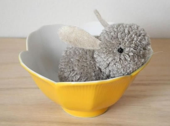 Como fazer coelhinho com pompons de tecido
