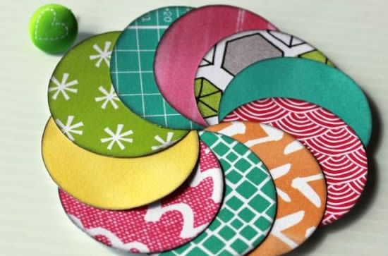Decoração com pirulitos de papel coloridos