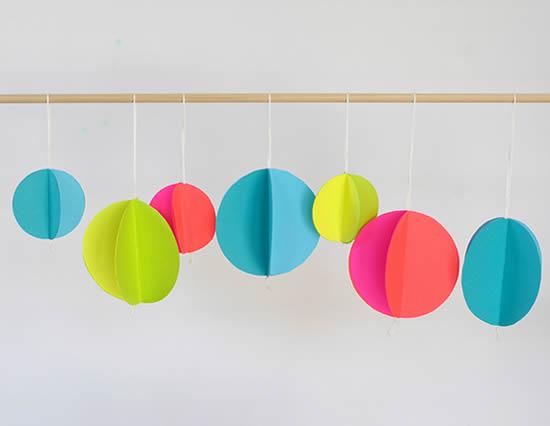 Decoração com papeis coloridos