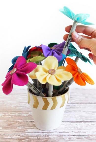 Como decorar canetas com feltro
