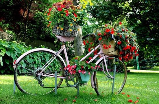 10 ideias para decorar o jardim de forma barata com - Bicicleta macetero ...