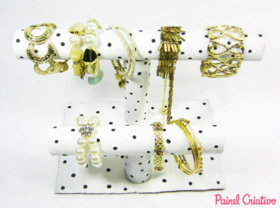 Porta pulseiras e colares com rolo de papelão
