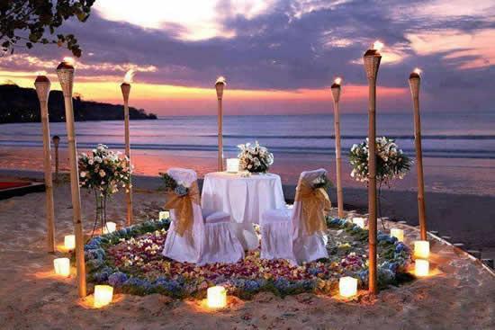 Decoração de casamento na praia a noite
