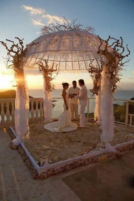 Decoração de casamento na praia no pôr do sol