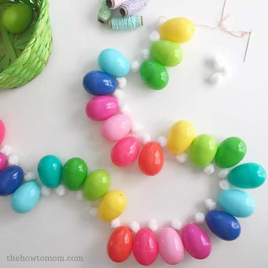 Guirlanda com ovinhos de plástico coloridos