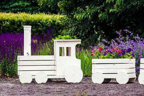 Trenzinho com caixotes de madeira
