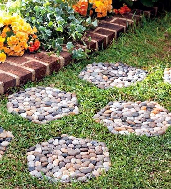 Decorando o jardim com seixos