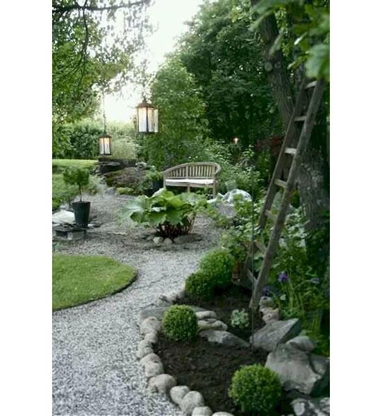 Linda decoração de jardim com seixos