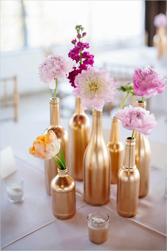 Decore mesas de casamento com garrafas