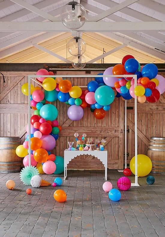Decoração de Dia das Crianças com bolas de festa