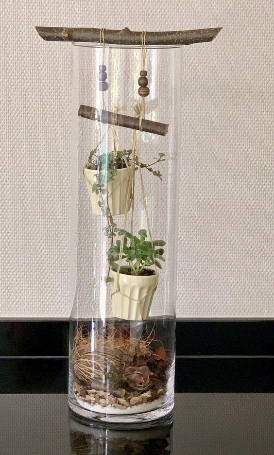 arranjos pendurados em vasos de vidro