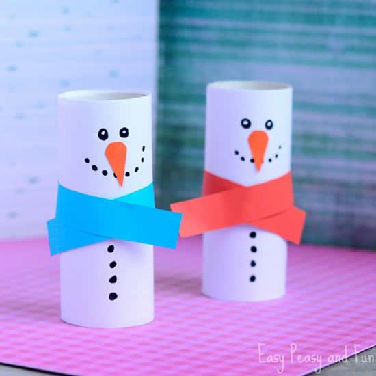 Bonecos de neve com rolos de papel higiênico