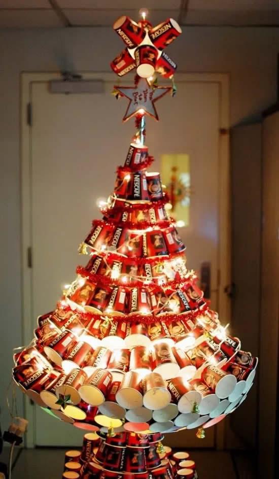 Árvore de Natal com reciclagem de latas