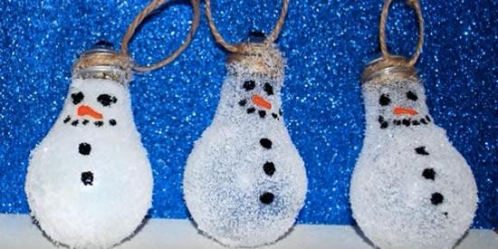 Bonecos de neve com lâmpadas velhas