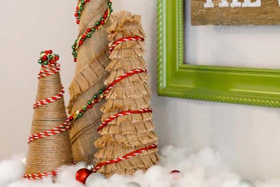 Árvores de Natal com juta e barbante