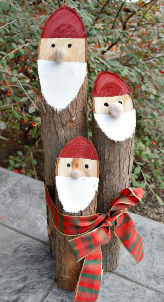 Papai Noel de enfeite com troncos