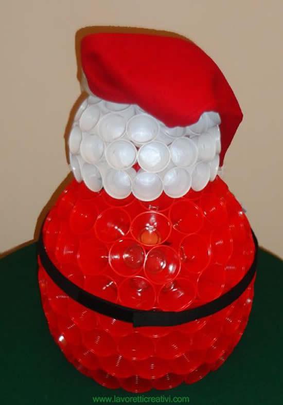 Papai Noel de enfeite com copos descartáveis