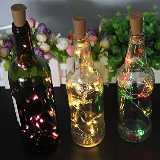 Decoração com pisca-pisca e reciclagem de garrafas